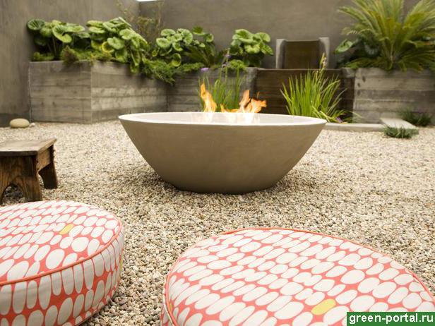 Каменная чаша и подушки для сидения