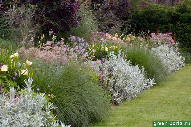 Включая растения различных сроков цветения, вы максимально продлите декоративность рабатки